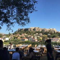 La vue et la terrasse depuis le bar Couleur Locale à Athènes