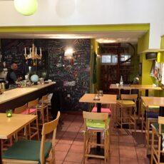 La salle du restaurant Makalo à Athènes