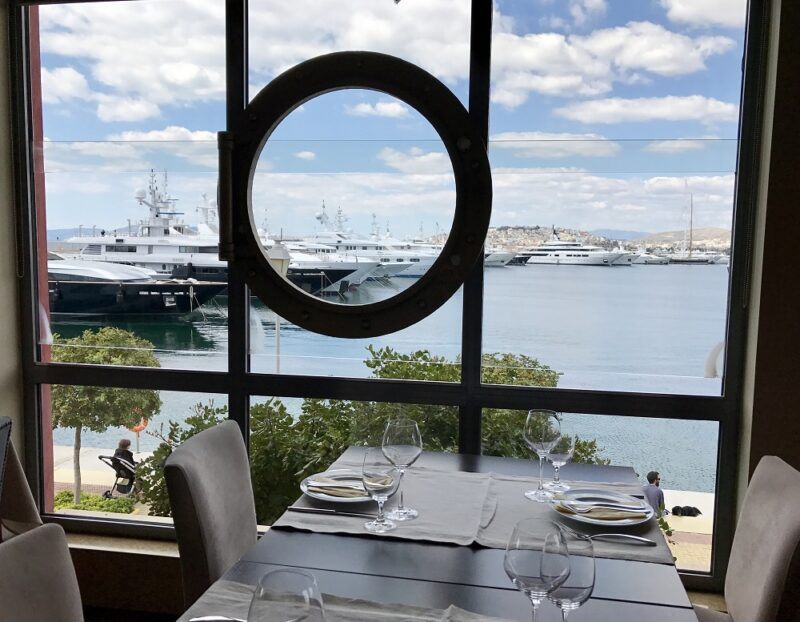 Vue sur la marina depuis le restaurant Mare Marina
