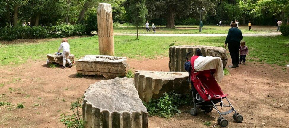Promenade dans le jardin national Athènes avec des enfants