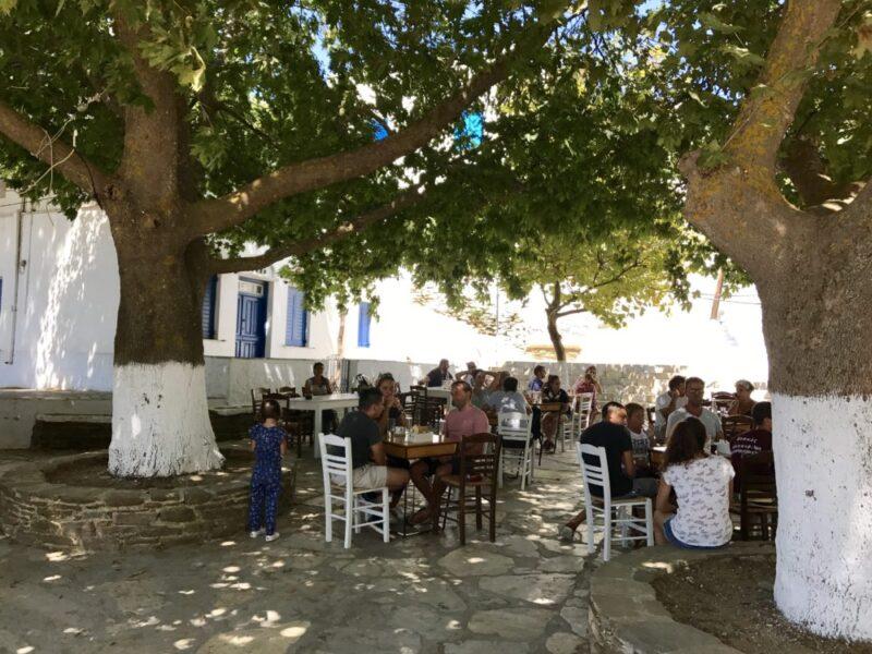 La place du village Dio Chorio à Tinos et la terrasse de Sto Kapaki
