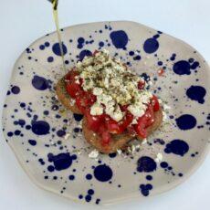 Dakos crétois arrosé d'un filet d'huile d'olive