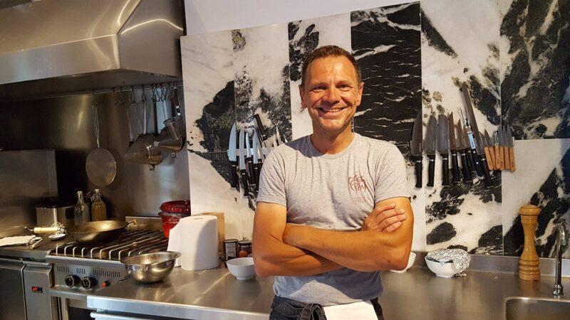 Fred Chesneau dans la cuisine de son restaurant à Paros, Stou Fred