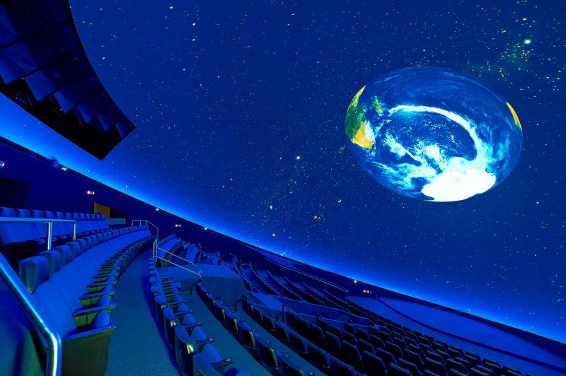 La salle ultra moderne du planétarium d'athènes
