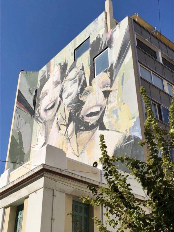 Les visages expressifs du célèbres graffiti à Athènes de Vasmou