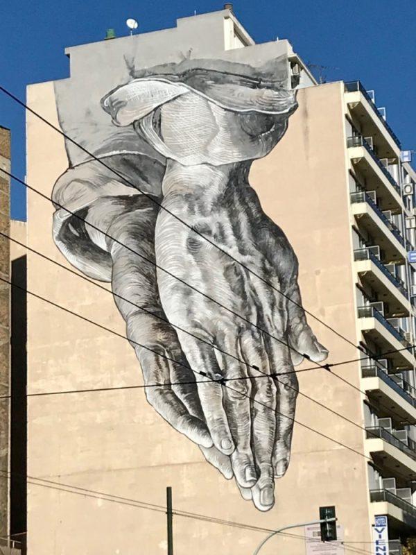 Graffitis à Athènes : la nouvelles version des mains en prière