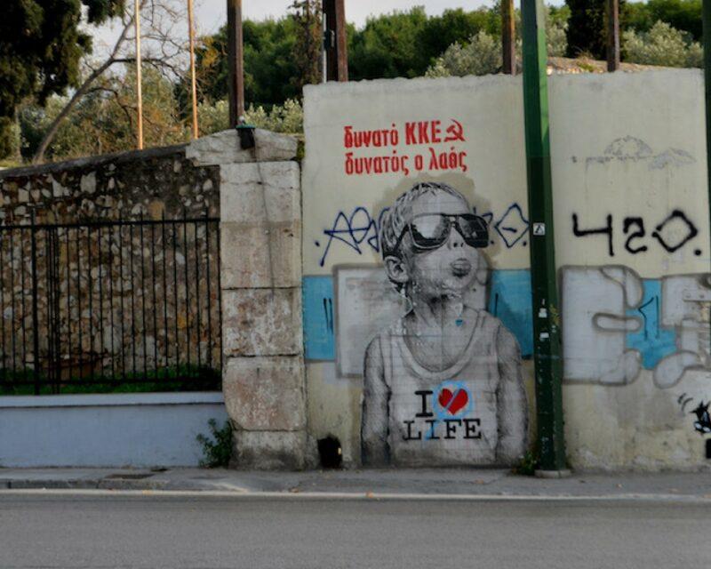 Street-art et graffitis à Athènes : l'enfant qui tire la langue de smts