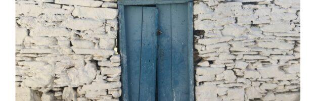 Porte dans le village de Dryopida, Kythnos