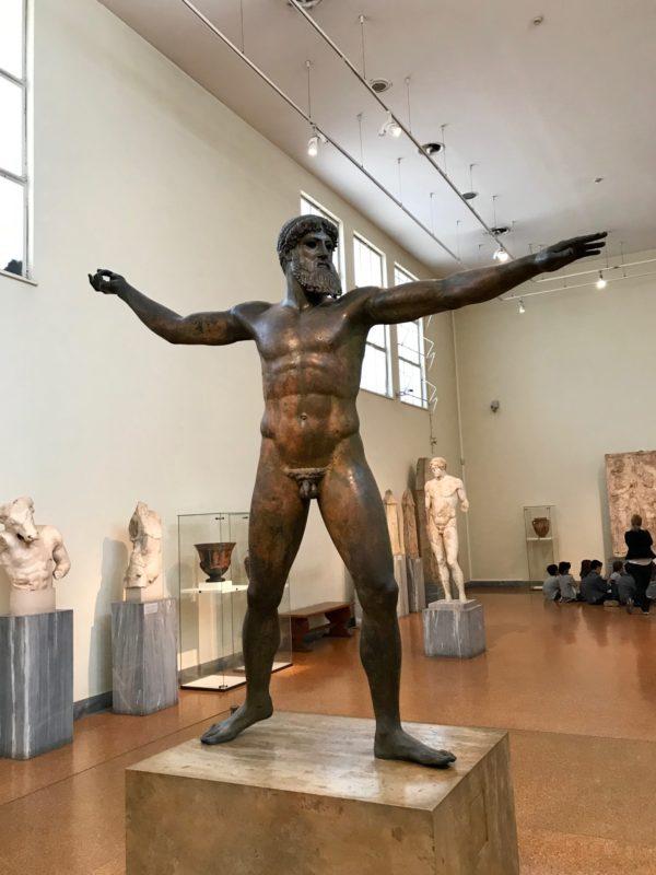 Le musée archeologique d'Athènes : statue de bronze poseidon.