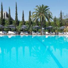 un été à athenes quand il fait chaud : la piscine du Hilton
