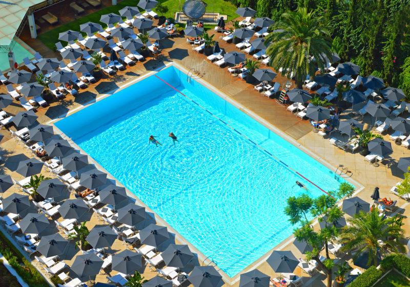 La piscine extérieure de l'hôtel Hilton à Athènes