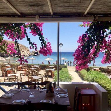 Une taverne en bord de mer sur l'île de Syros dans les Cyclades