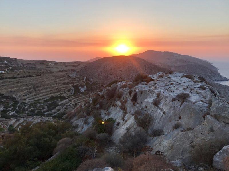 soleil couchant sur les cyclades folegandros