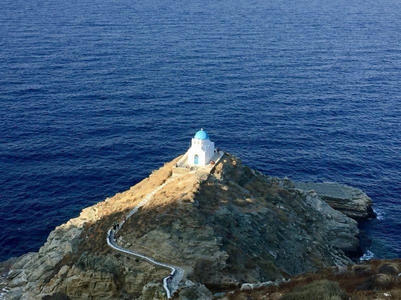 La chapelle d'Epta Martyrès (des Sept-Martyrs) vue depuis la balade des remparts à Kastro Sifnos