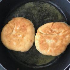 Le pain grec frit à la feta ou tiganospoma