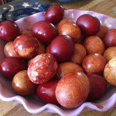 teindre les œufs de pâques en rouge teinture naturelle grece tsigourisma taper les œufs de pâques
