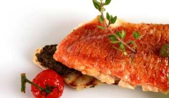 Recette du rouget aux oignons caramelisés et à la tomate de Kalymnos