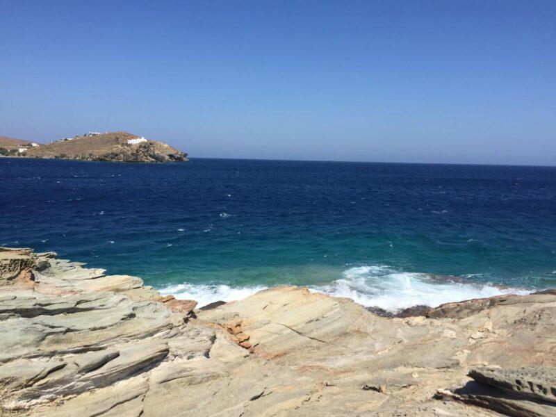Se baigner à Sifnos sur les rochers de Chryssopighi