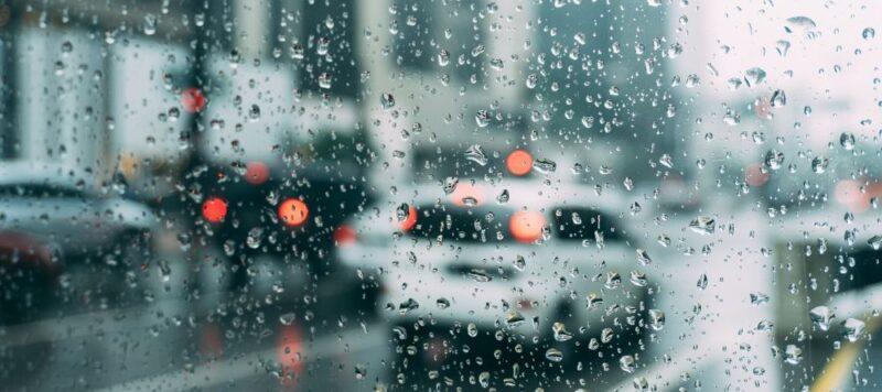 athenes quand il pleut avec un chauffeur