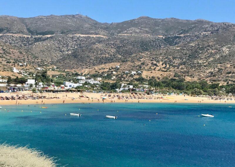 La plage Mylopotas à Ios