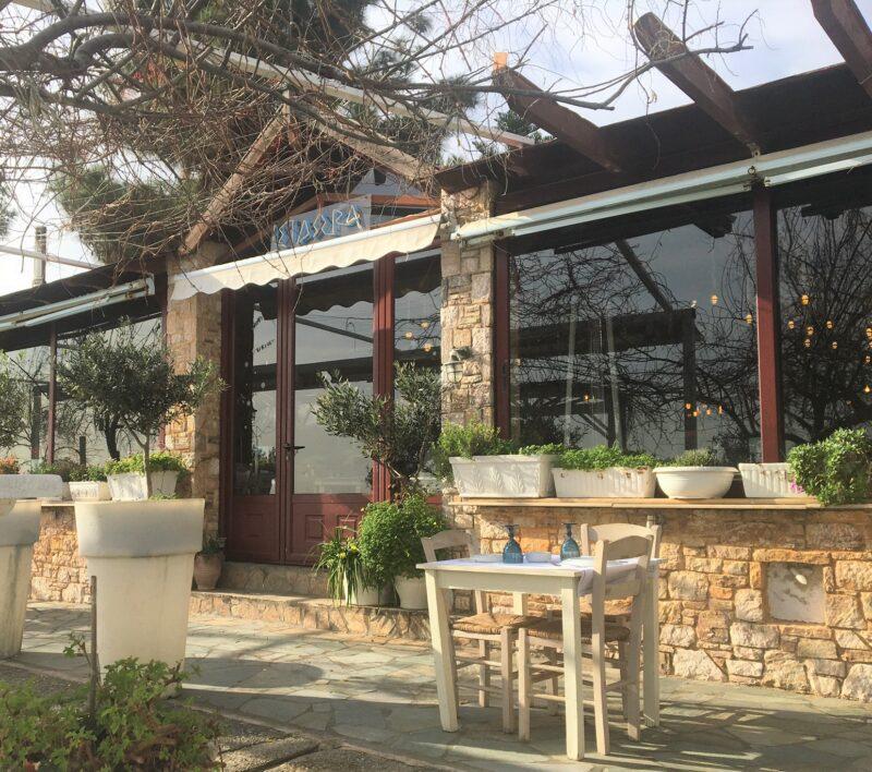 taverne grecque en bord de mer proche d'athènes marathon nea makri