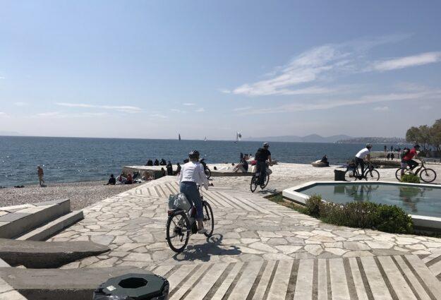 une balade à vélo électrique dans Athènes jusqu'à la mer - athenes en famille - véo athènes - visiter athenes autrement