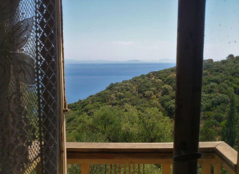 cabane dans les arbres vue sur mer ile grecque ithaque