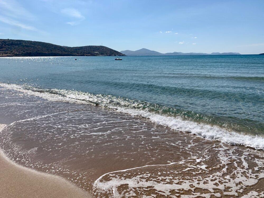 La plage Yabanaki à varkiza vari - plage près d'athènes